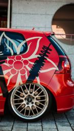 Designbeschriftung auf einem roten VW_Golf_V