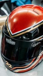 folierter Motorsporthelm in rot gold schwarz