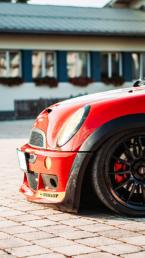 roter Mini Cooper mit Luftfahrwerk im Motorsportdesign